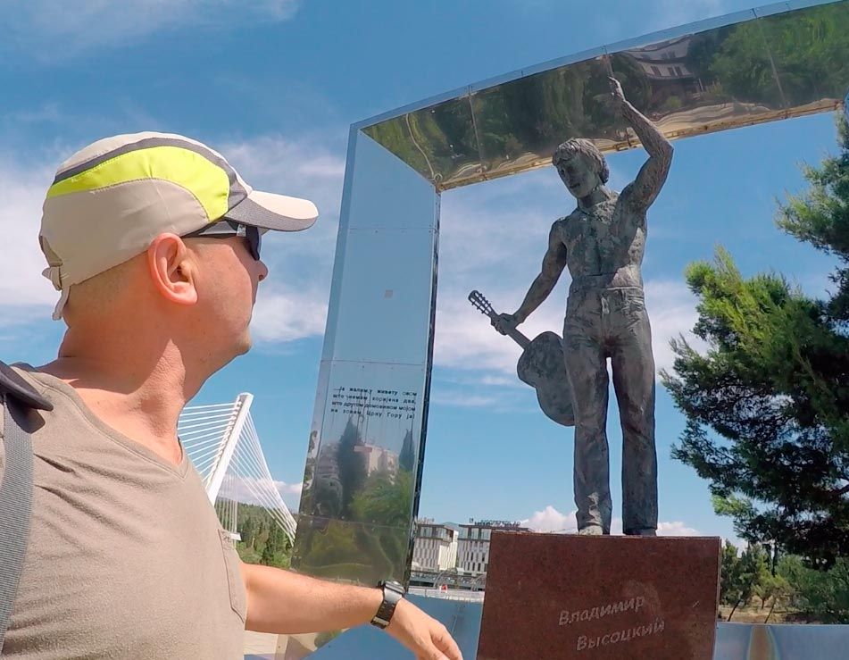 памятник Высоцкому Ярослав Герасимов слева
