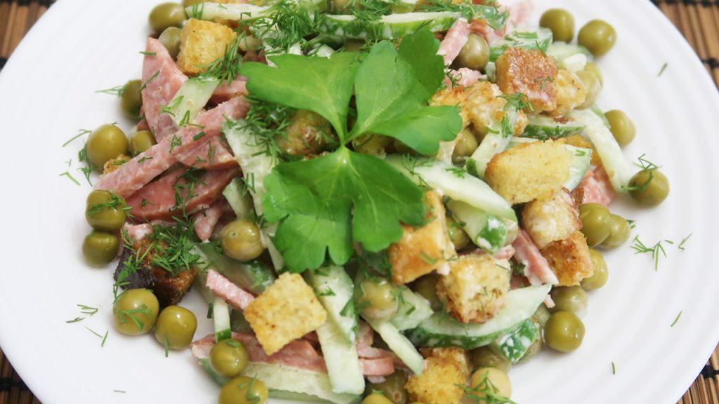 салат с копченой колбасой и сухариками