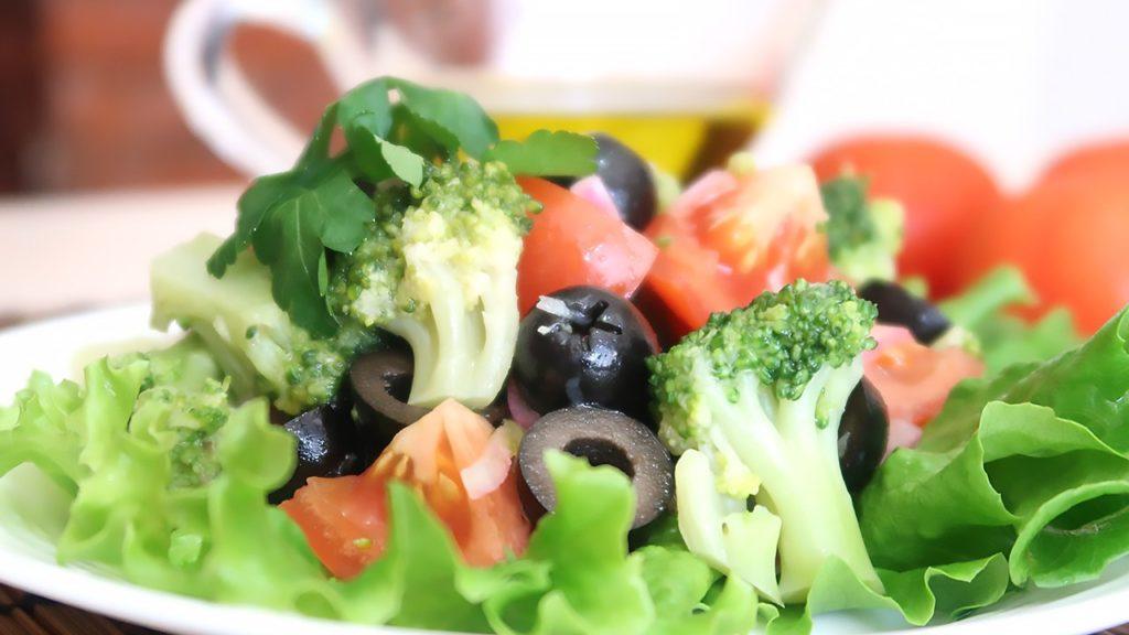 Салат овощной с брокколи