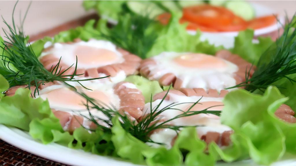 Быстрый завтрак из сосисок и яиц Ромашки