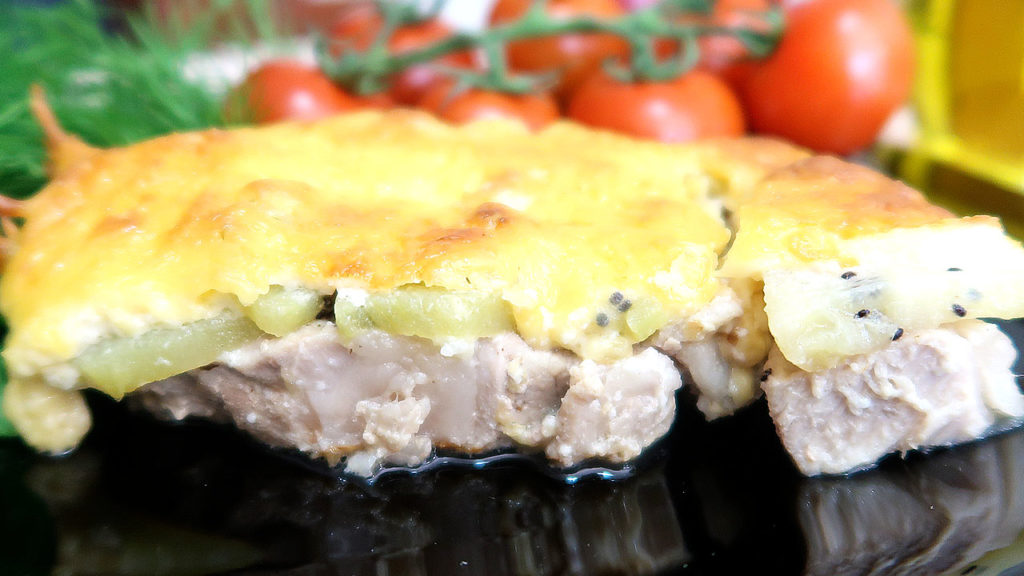 Свиная корейка с киви и сыром