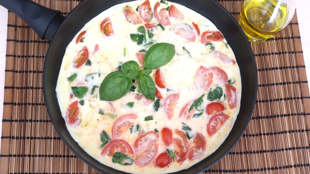Омлет по итальянски с томатами и базиликом