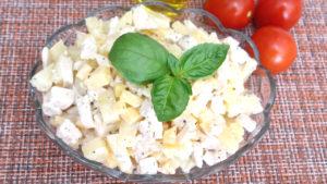 Салат с курицей и ананасом