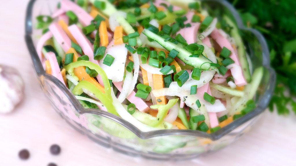 Яркий салат с огурцами