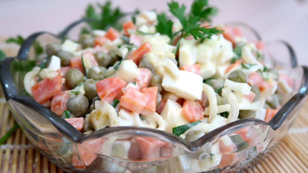 Салат из моркови с зеленым горошком