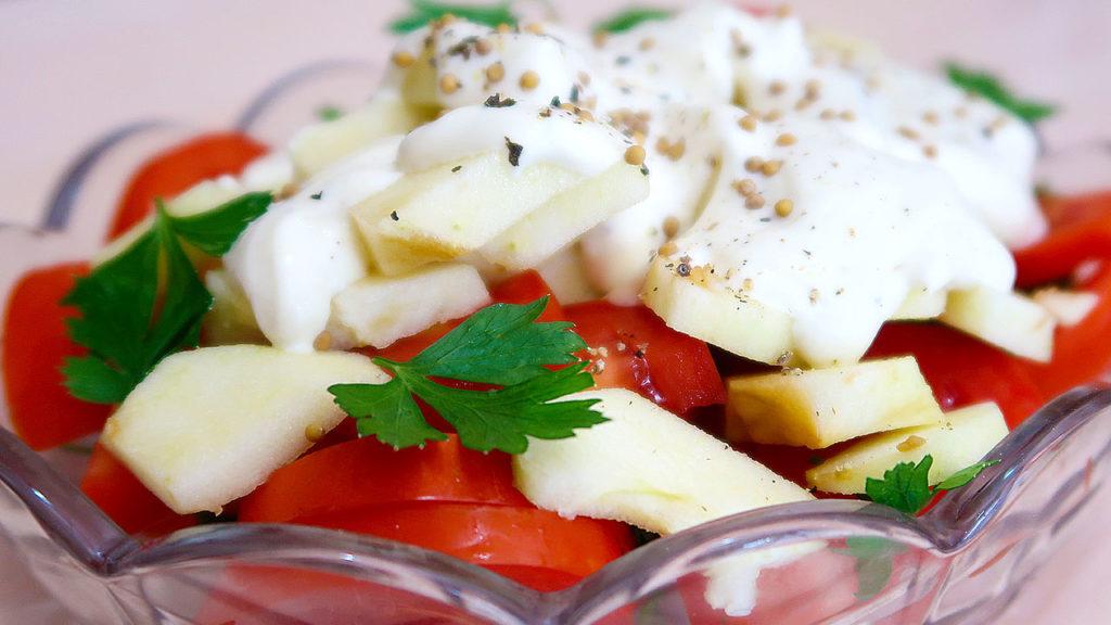 Салат из помидоров c яблоком