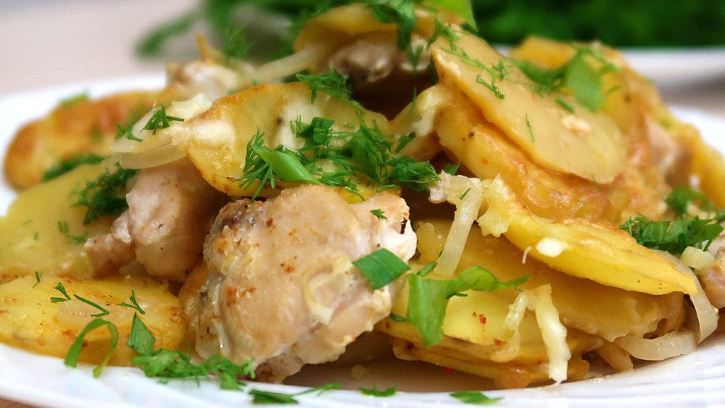 Картофель в духовке с курицей слоями