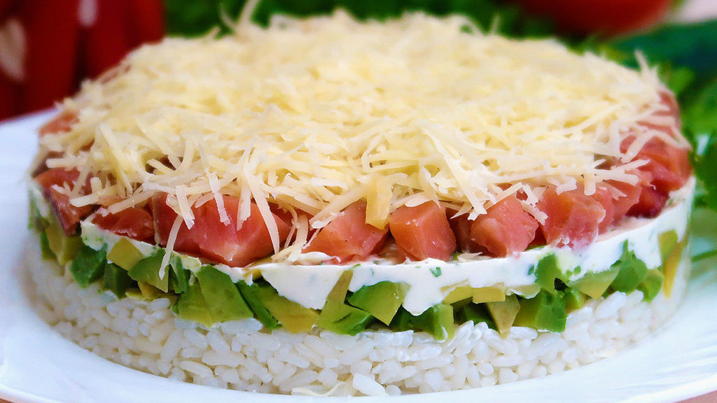 Слоеный салат с рыбой и авокадо