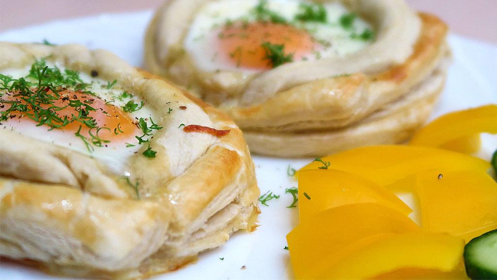 Слойки на завтрак с яйцом и сыром