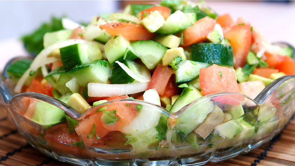 Салат с авокадо и овощами