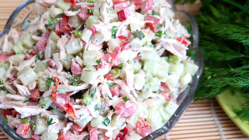 Салат с отварной курицей и овощами