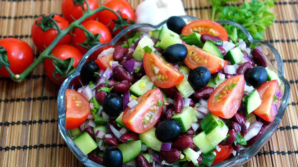 Салат с красной фасолью и овощами