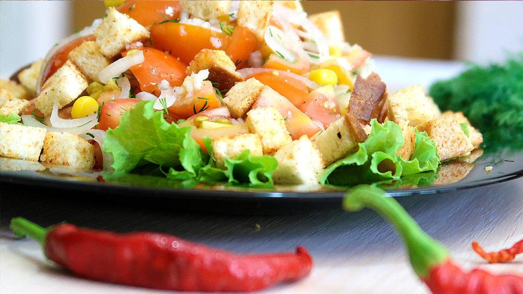 Салат из помидор с кукурузой