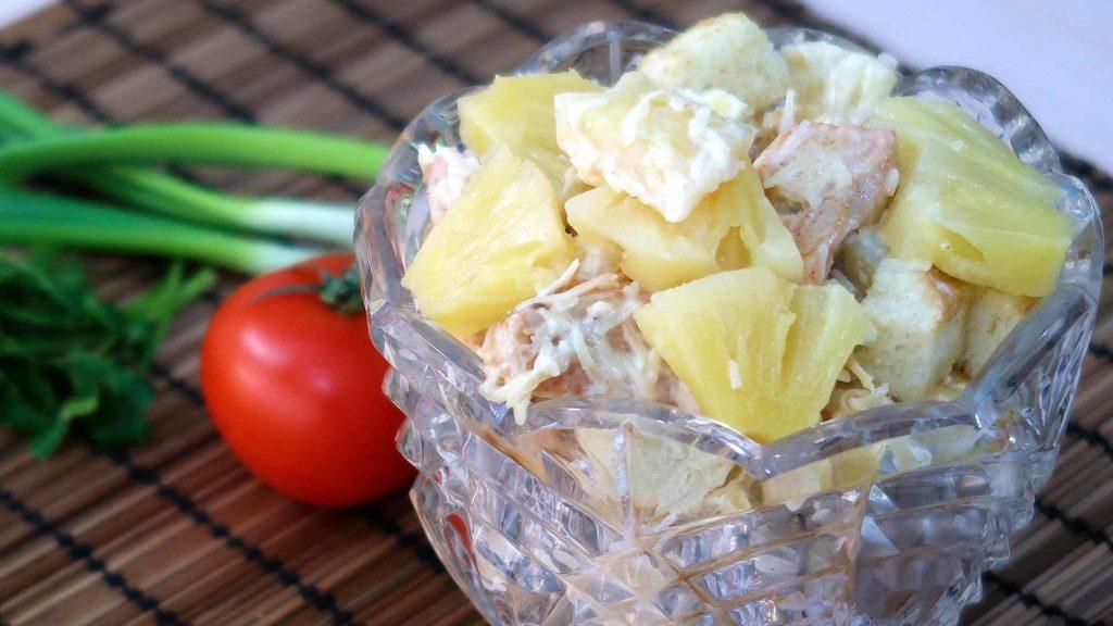 Салат с курицей ананасами и сухариками