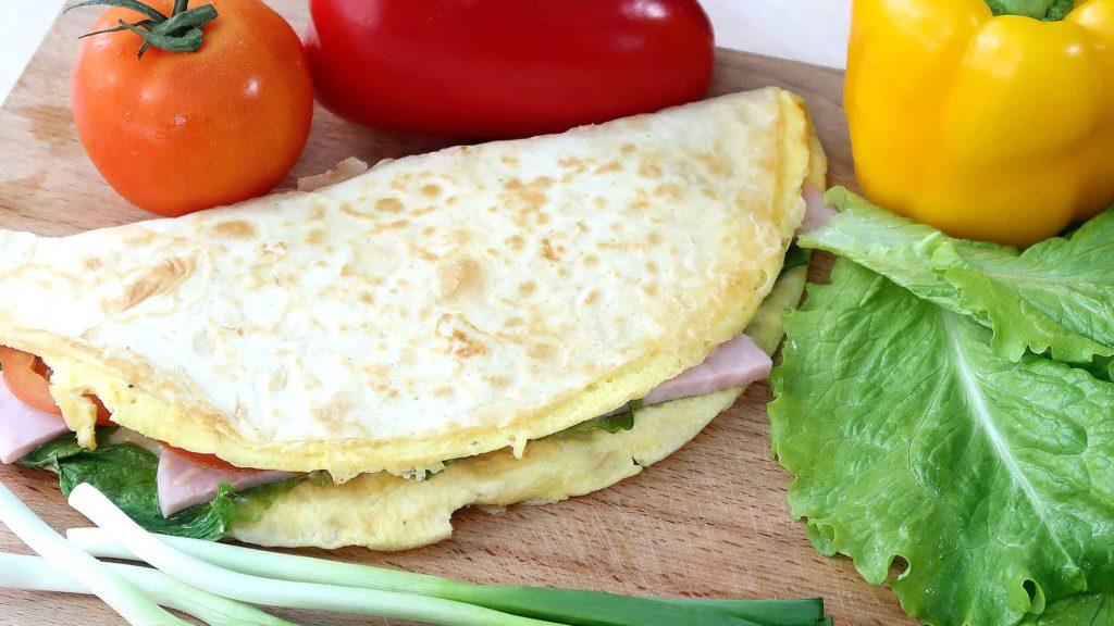Бутерброд с омлетом на завтрак