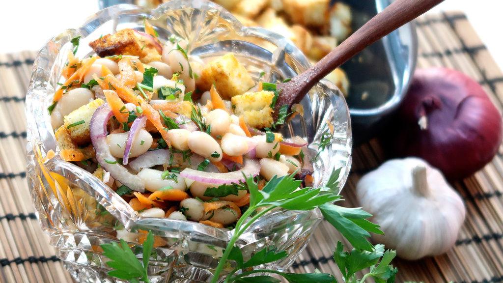 Салат с белой фасолью и сухариками