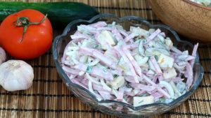 Баварский салат с копченой колбаской