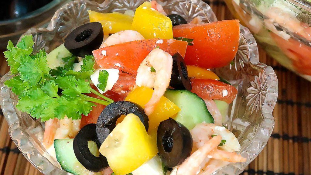 Салат с овощами креветками и фета