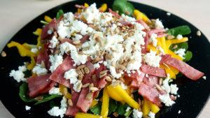 Салат с рукколой ветчиной и сыром